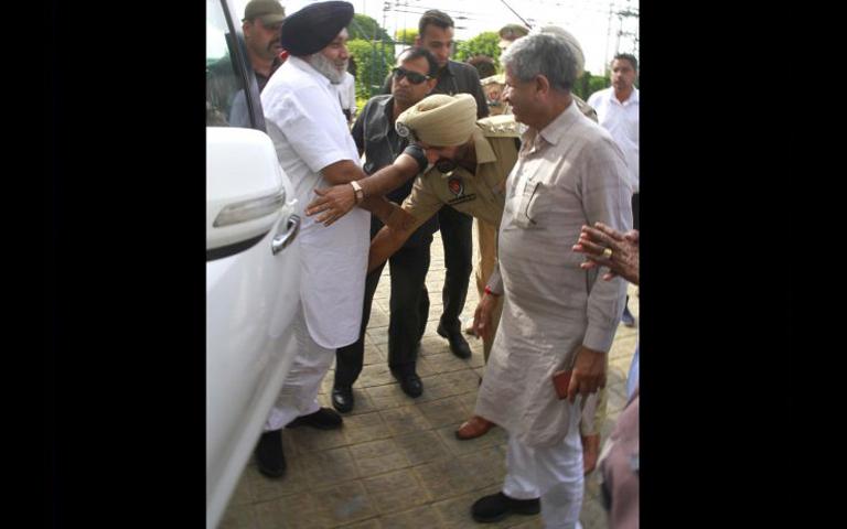 dsp touching sukhbirs feet