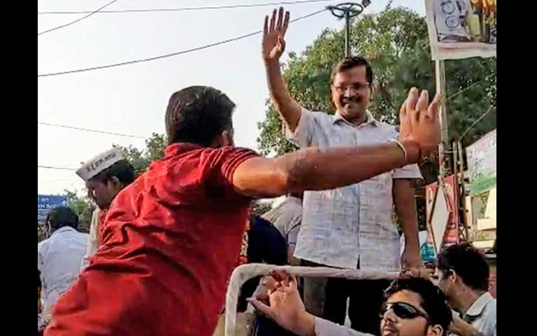 kejriwal get slapped by youngster in delhi