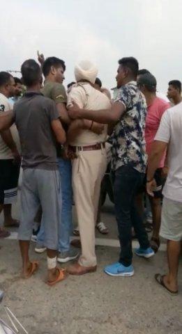 punjab police beaten by villagers
