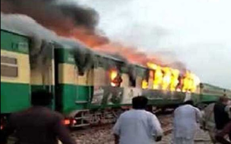 fire-karachi-express-in-pakistan