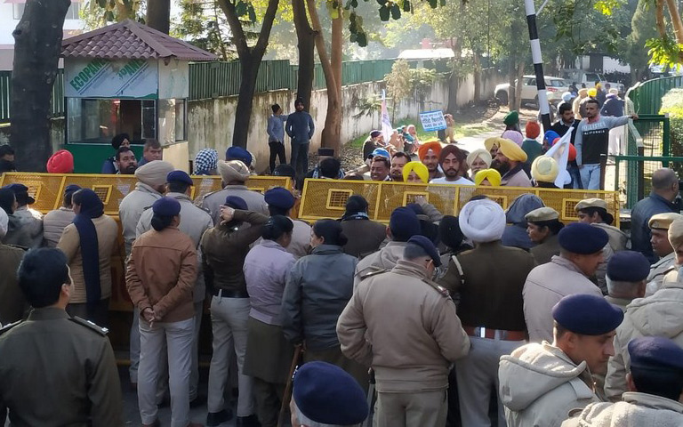 bhagwant-mann-and-aap-party-members-protest-against-captain-amarinder-singh-outside-of-his-residence