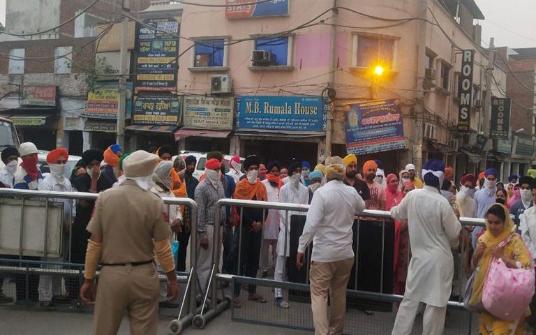 sri-harmandir-sahib-pilgrims-in-market