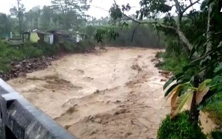 heavy-rains-in-kerala-and-karnataka-people-facing-floods