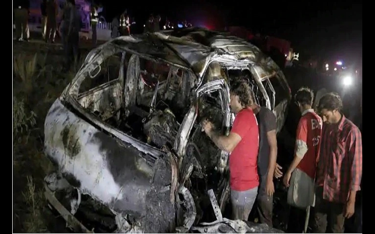 Passenger van accident in Karachi 13 people died
