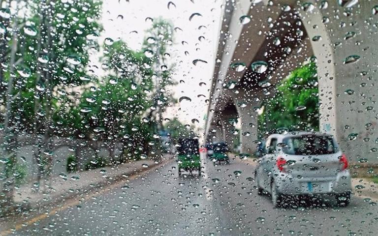 Light-rains-in-Delhi,-northern-India,-daytime-darkness