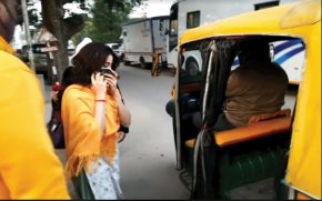 Sridevi's-daughter-Janvi-Kapoor-riding-in-auto-rickshaw-instead-of-car-in-Punjab