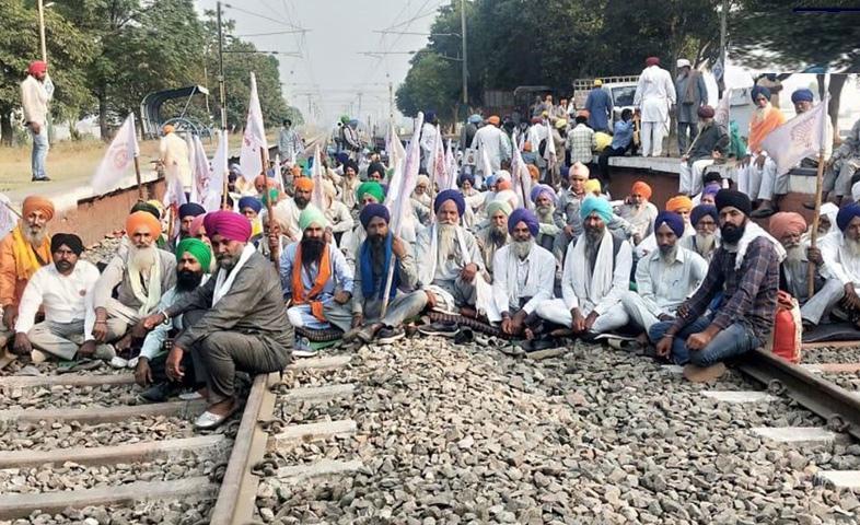 Farmers stopped trains on the Amritsar tarn – taran