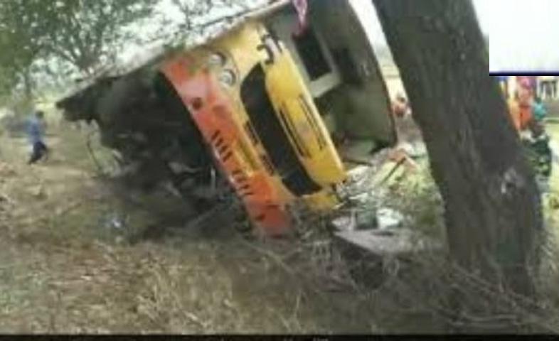 In-Madhya-Pradesh,-a-bus-overturns-in-bamhani-area-of-mandla