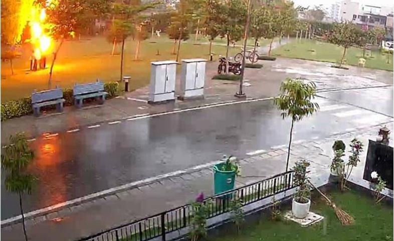 Lightning-strike-in-gurgaon-caught-on-camera-,1-dead-,3-injured