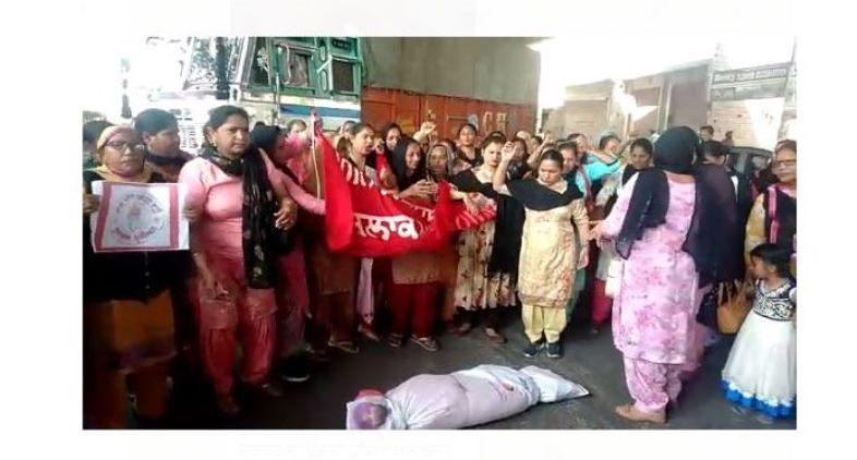 Copies of budget burn then Aanganwari Employees Union blown off  government effigy