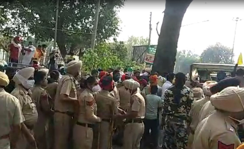 Land-rescue-struggle-continues-Hundreds-of-farmers-arrive-to-surround-Captain's-palace