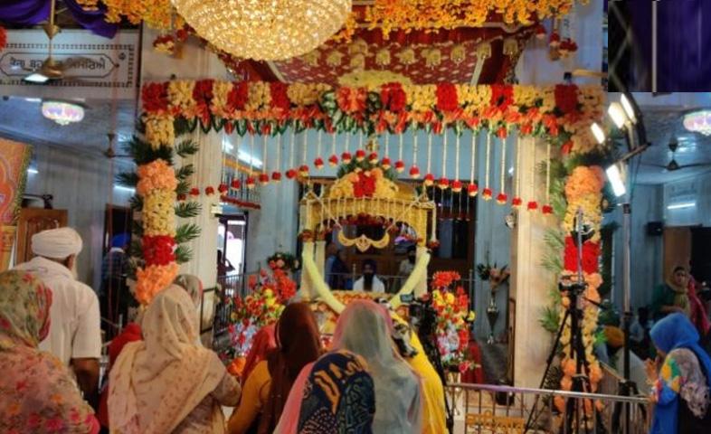 Beautiful-decoration-of-flowers-performed-at-Gurdwara-Guru-k-Mahal-on-the-occasion-of-400-years-of-Prakash-Purab-of-the-ninth-King