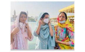 Kangana-Ranaut-visits-Sri-Harmandir-Sahib-in-Amritsar-for-the-first-time-with-family